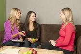 As mulheres de nutricionistas consultar uma fêmea grávida — Fotografia Stock