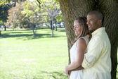 年轻的异国情侣,在公园里 — 图库照片