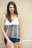 Brunett tjej poserar på en brun bakgrund — Stockfoto
