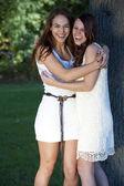 Jonge meisjes poseren buiten — Stockfoto