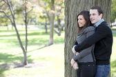 Atraktivní pár v parku — Stock fotografie