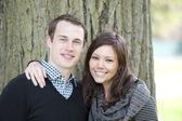 Atractiva pareja en un parque — Foto de Stock