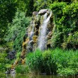 Water fall and a lake in Palmen Garten, Frankfurt am Main, Hesse — Стоковая фотография