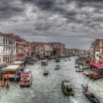 canal grande a Venezia con tubi antichi, barche, gandolas e sh — Foto Stock
