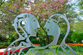 Metalic statue of 2 lovers in Keukenhof park in Holland — Stock Photo