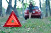 Cartello stradale d'emergenza con una giovane ragazza e un auto al Threshold — Foto Stock