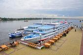 雅罗斯拉夫尔,俄罗斯-sep 10: 电机在伏尔加河畔的船只 — 图库照片
