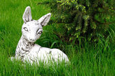 Stone white deer sculpture lying on the green lawn, Sergiev Posa — Stock Photo