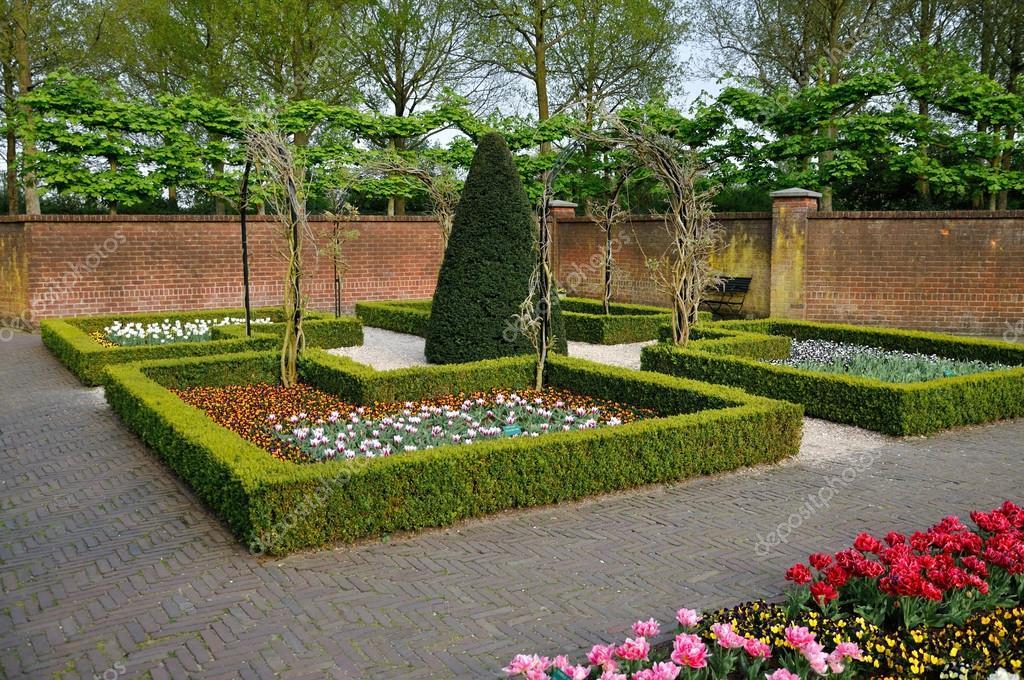 Jard n con arbustos peque os blancos anaranjados y rojos for Arbustos jardin pequeno