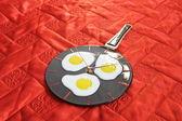 Uova fritte in padella. vetrofusione. — Foto Stock