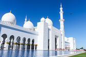 Beautiful white Sheikh Zayed mosque at Abu-Dhabi, UAE — Stock Photo