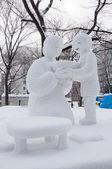 Anne, sapporo için sıcak ramen sağlayan oğlu festival 2013 kar — Stok fotoğraf