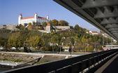 Bratislava - slottet från snp bridge — Stockfoto