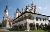 Levoca - renaissance town hall and Saint Jacobs church - Slovakia — Stock Photo