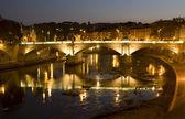 Noche de roma - vitorio emanuelle puente — Foto de Stock