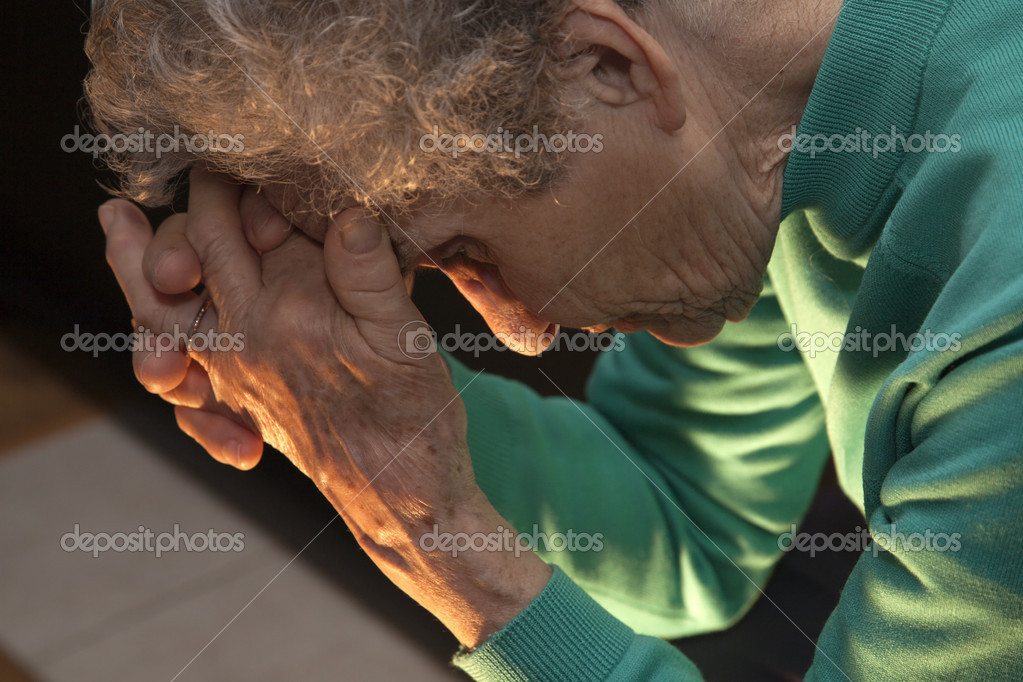 Meditation of old woman at candle light — Stock fotografie #14352297