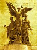 брюссель - статуя из триумфальная арка в юбилейный парк ночью — Стоковое фото
