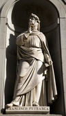 佛罗伦萨-francesco petrarca 雕像上乌菲齐画廊 — 图库照片