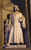 Florence - Lorenzo Medici statue - Uffizi galery - facade — Stock Photo