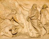 Milán - detail z průčelí dómu - mojžíš a voda ze skály — Stock fotografie
