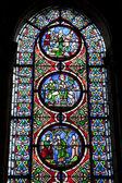パリ - サン ドニのゴシック様式の教会から窓からす — ストック写真