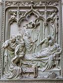 Milán - detalle de puerta principal de bronce - el parto de la virgen maría de ludovico pogliaghi, 1906 — Foto de Stock