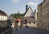 バンスカー stiavnica - 三位一体の正方形の聖キャサリン教会および新しい城 — ストック写真