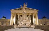 Viena - fuente de palas atenea y el parlamento en noche de invierno — Foto de Stock