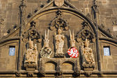 Praga - detalle de torre gótica de charles bridge. estatuas de los clientes checos — Foto de Stock