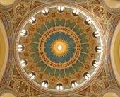 Madrid - 9. März: Mosaik-Kuppel der Iglesia de San Manuel y San Benito von Architekt Fernando Araas von 19. Prozent. im 9. März 2013 in madrid. — Stockfoto