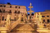 Palermo - florentino founiain en piazza pretoria al atardecer — Foto de Stock