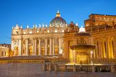 Rome st. peter s bazilikou a kolonády s kašnou od carlo maderno 1612 ve večerních hodinách — Stock fotografie