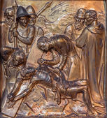 Antwerpen, belgien - september 5: jesus wird ans kreuz genagelt. metallrelief von joriskerk oder st. george kirche am 5. september 2013 in antwerpen, belgien — Stockfoto