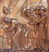 Anversa, belgio - 5 settembre: simon o simon di cirene aiuta gesù a portare la croce. metallo sollievo dalla chiesa joriskerk o san giorgio il 5 settembre 2013 ad anversa, belgio — Foto Stock