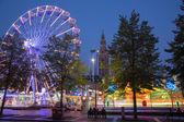 Leuven - 3 de setembro: Parque de diversões na Monsenhor ladeuzeplein - praça no crepúsculo da noite em 3 de setembro de 2013 em leuven, Bélgica. — Fotografia Stock
