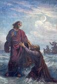 维也纳-7 月 27 日: 淹死的彼得和耶稣在 19 日的 altlerchenfelder 教堂的壁画。%。在 2013 年 7 月 27 日维也纳. — 图库照片