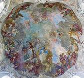 Wien - 27 juli: fresk av antagandet av heliga maria från kupolen av barock kyrkan maria treu från år 1752-1753 av franz anton maulbertsch den 27 juli, 2013 wien. — Stockfoto