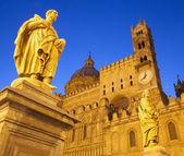Palermo - südportal der kathedrale oder dom und statue von st. proculus in der abenddämmerung — Stockfoto