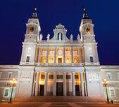 Madrid - santa maria la real de la almudena-kathedrale in der morgen-dämmerung — Stockfoto