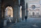 Bergamo - Colleoni chapel by cathedral Santa Maria Maggiore in upper town in morning fog — Stockfoto