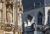 ルーヴェン - 朝の光でゴシック様式の市庁舎とサン ・ ピエトロ大聖堂の詳細 — ストック写真