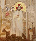 Madrid - el 10 de marzo: mosaico moderno del milagro de multiplicar la comida por pater rupnik de capilla del santísimo en la catedral de la almudena el 10 de marzo de 2013 en españa. — Foto de Stock