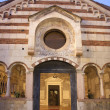 VERON- JANUARY 28: Portal and atrium of Chiesdi SantissimTrinitconsecrated in 1117 on January 28, 2013 in Verona, Italy. — Stock Photo #39012085