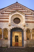 VERONA - JANUARY 28: Portal and atrium of Chiesa di Santissima Trinita consecrated in 1117 on January 28, 2013 in Verona, Italy. — 图库照片