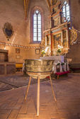 STITNIK, SLOVAKIA - DECEMBER 29, 2013: Main altar of gothic evangelical church in Stitnik from 14 - 15 cent. and bronze Baptistery (1454) by master Jana from Spisska Sobota. — Stock Photo