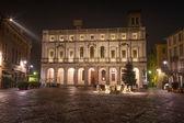Bergamo - knihovna palác na náměstí piazza vecchia v noci — Stock fotografie
