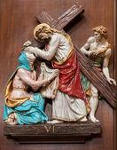 Verona - 28 ocak: çarmıha gerilmiş i̇sa andveronica yolu. bir seramik parçası çapraz şekilde st. nicholas kilisesi (chiesa di san nicolo) 28 ocak 2013 tarihinde, verona, i̇talya. — Stok fotoğraf