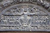 Paříž - detaily z hlavního portálu první gotické katedrály saint denis - ježíše v nebi — Stock fotografie