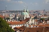 Prag - st.-nikolaus-kirche und die stadt — Stockfoto