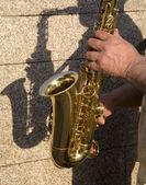 Handen van saxofonist — Stockfoto